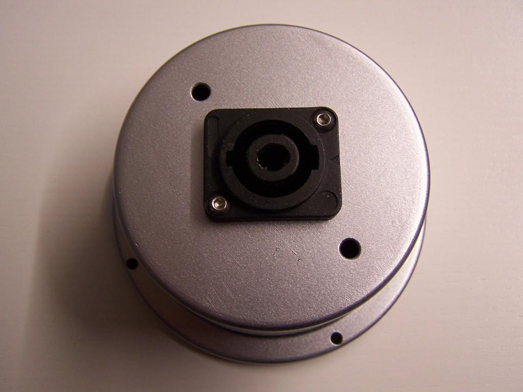 Eingebaute 2 polige Speakon Buchse aus dem prof. Lautsprecher Bereich. Hier extra befestigt mit M3 - VA Schrauben wegen der Festigkeit der Buchse beim Verriegeln des Steckers.