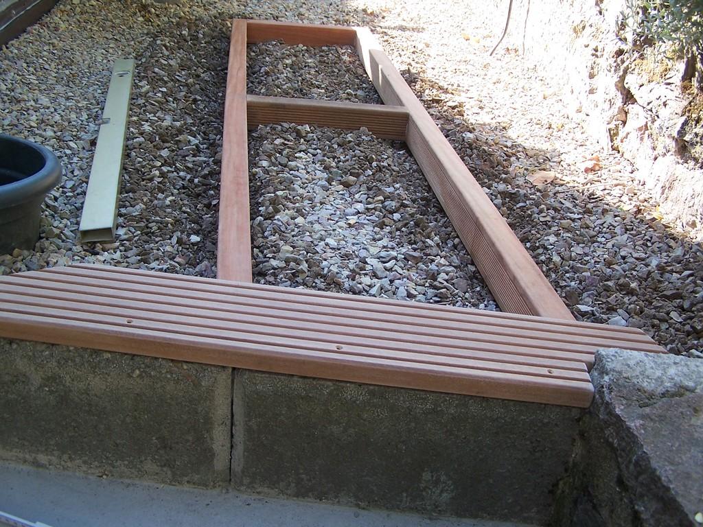 Grundrahmen mit der ersten Holzplanke.