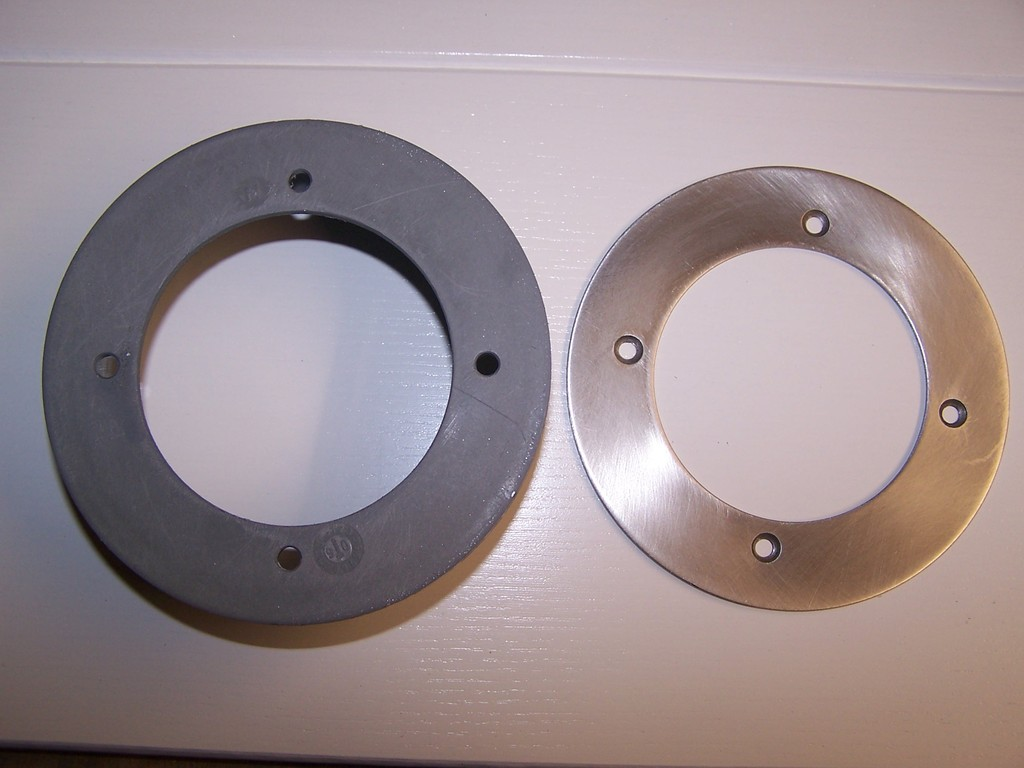 Aufgebohrter Abschlussdeckel aus dem HT Rohrsystem - angepasst an den Edelstahlring.