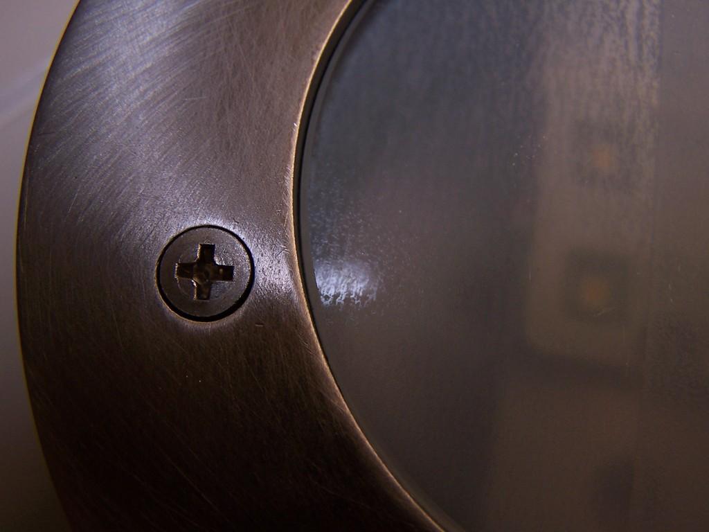"""D-C-Fix Folie, Modell """"frosted"""", von innen an die Glasscheibe geklebt, macht das Glas """"milchig"""", undurchsichtiger und streut das Licht. Verschraubt mit Edelstahlschrauben M4 x 12 mm."""