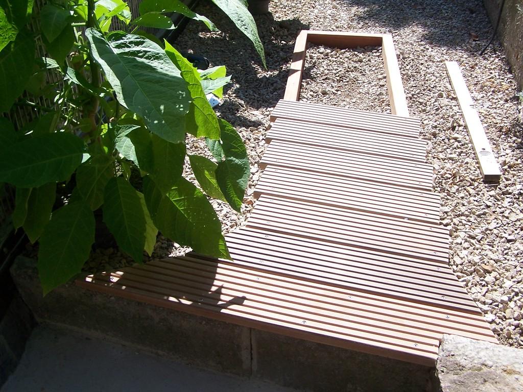 Die erste Holzplanke wurde in den Beton gedübelt und verschraubt.
