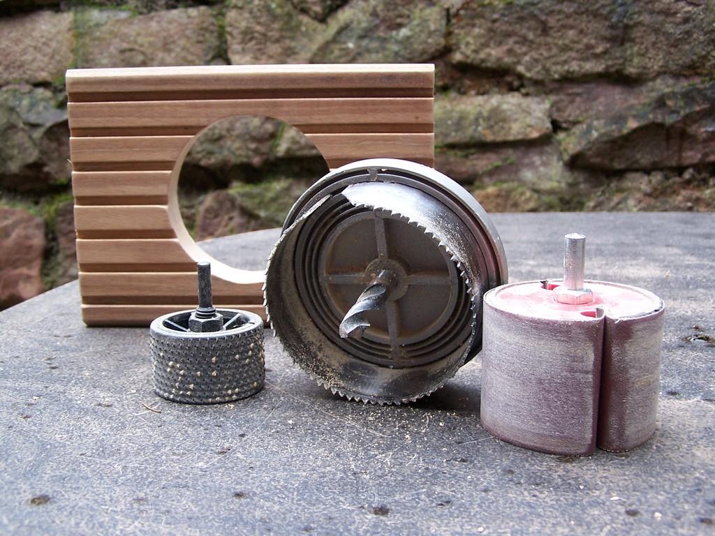 Lochsäge, Holzraspel, Schleifscheiben - alles passend für die Ständerbohrmaschine.