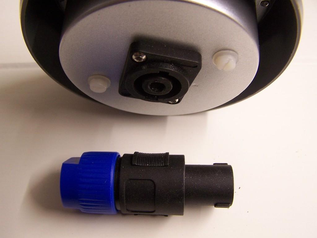 Ansicht von der Leuchtenunterseite. Der eigentliche Strahler sitzt im HT Rohr Verschlussdeckel.
