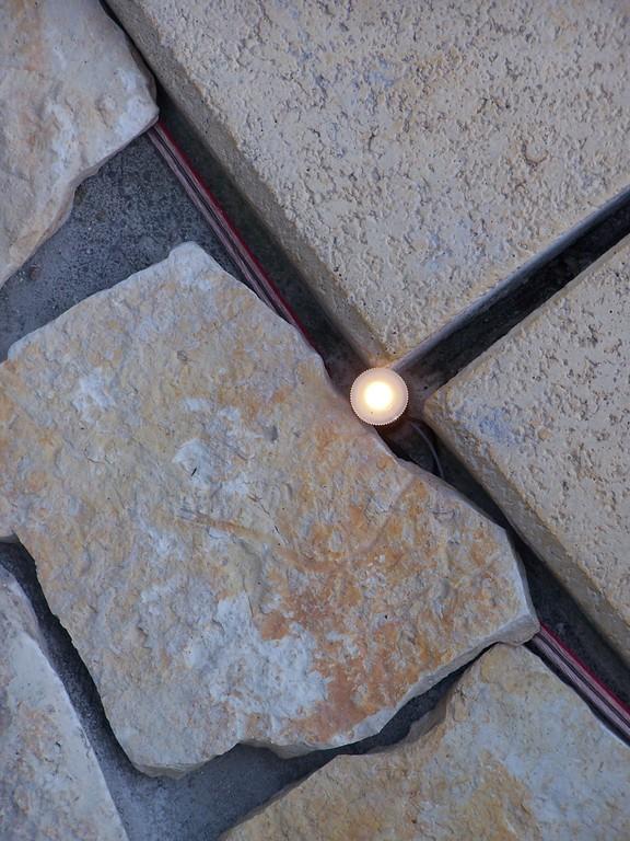 Einbau der Eigenbau - LED Beleuchtung. Je eine LED am Außeneck der Fugen zwischen den Beckenrandsteinen.