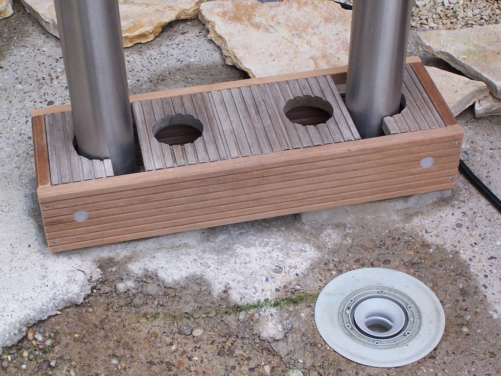 Die beiden Bangkirai Holzplatten werden ebenfalls nur auf den Grundsockel aufgelegt. In der Vorderfront sind weitere LED's eingebaut.