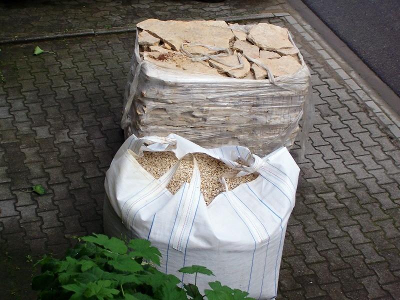 Kroatischer Kalkstein und der passende Kies dazu - fertig zum HOCHTRAGEN in den Garten !!