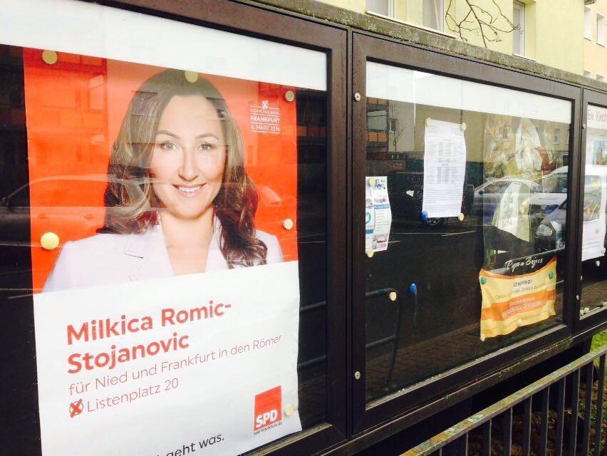 Milkica Romic Plakat vor der Serbischen Diözese- Kommunalwahl 2016