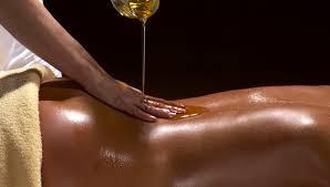 massage ayurvédique à l'huile chaude