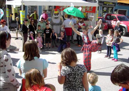Ein schwieriger Ballanceakt beim OsterNest in Gröbming. Nur nicht abstürzen, liebe Clownin Popolina!
