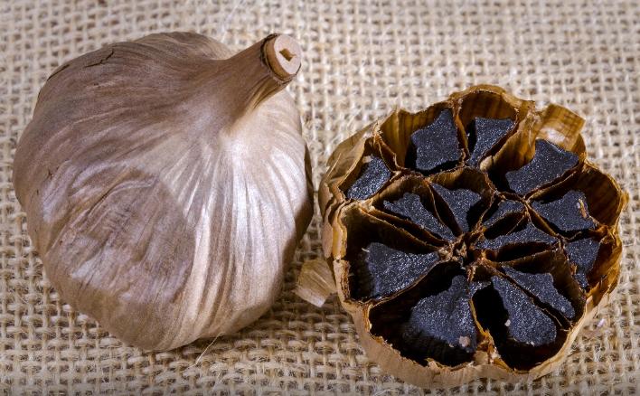 ¡Todo el mundo está loco por el ajo negro! Los beneficios inesperados que te darán ganas de comerlo en gajos...