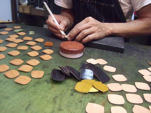 ただ今、伊勢丹立川店用革小物制作中です