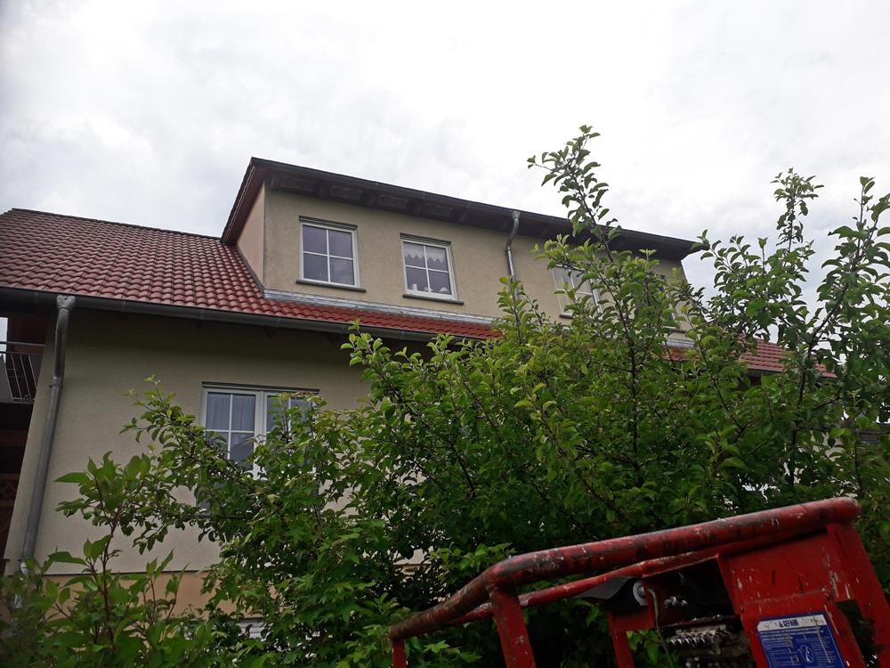 Foto: P. Hess, an diesem Haus wurden unter dem Dach neue Nisthilfen montiert.