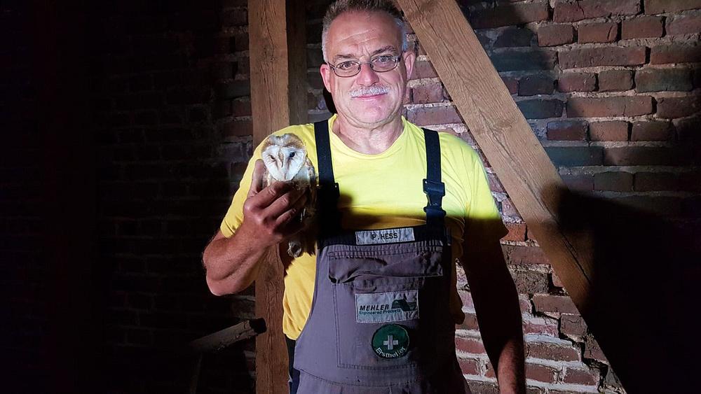 Foto: P. Hess, Peter Hess mit einem Jungvogel