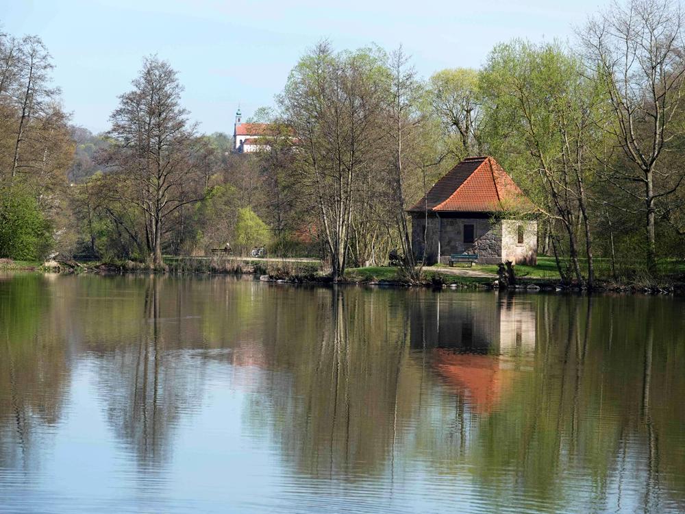 Foto: Robert Schubert, Südlicher Weiher mit Bleichhäuschen, Hintergrund Frauenkloster