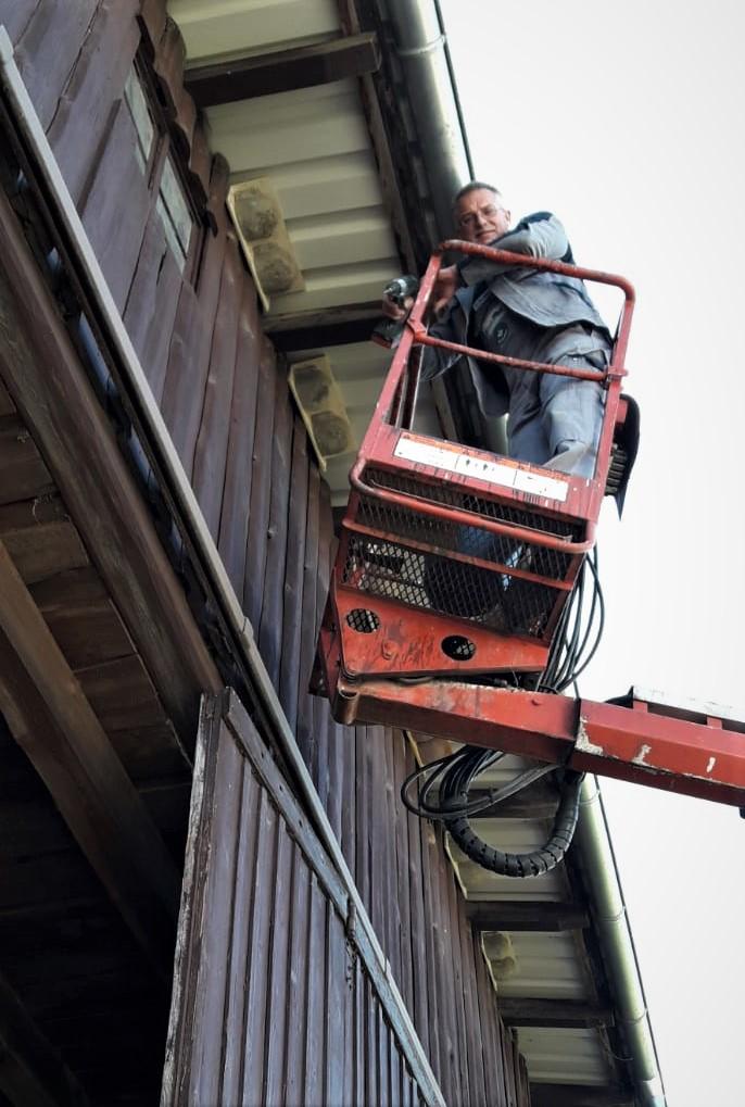 Foto: G. Klaus, dank des Hubsteigers ist die Arbeit für Peter Hess in dieser Höhe sicherer, als auf einer angelehnten Leiter.