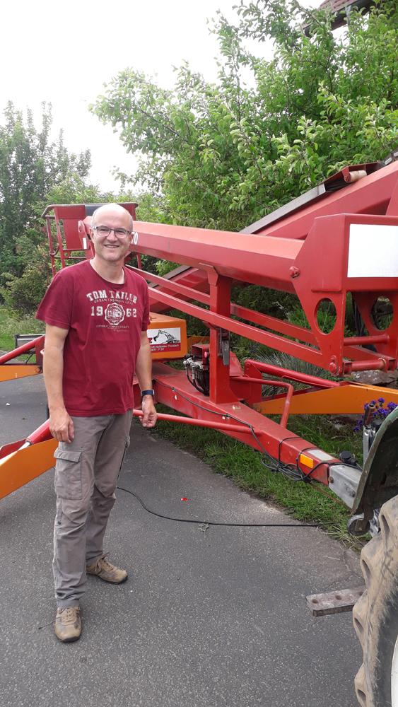 Foto: P. Hess, Georg Klaus neben dem Hubsteiger,  den die Fa. MERZ zur Verfügung stellte.