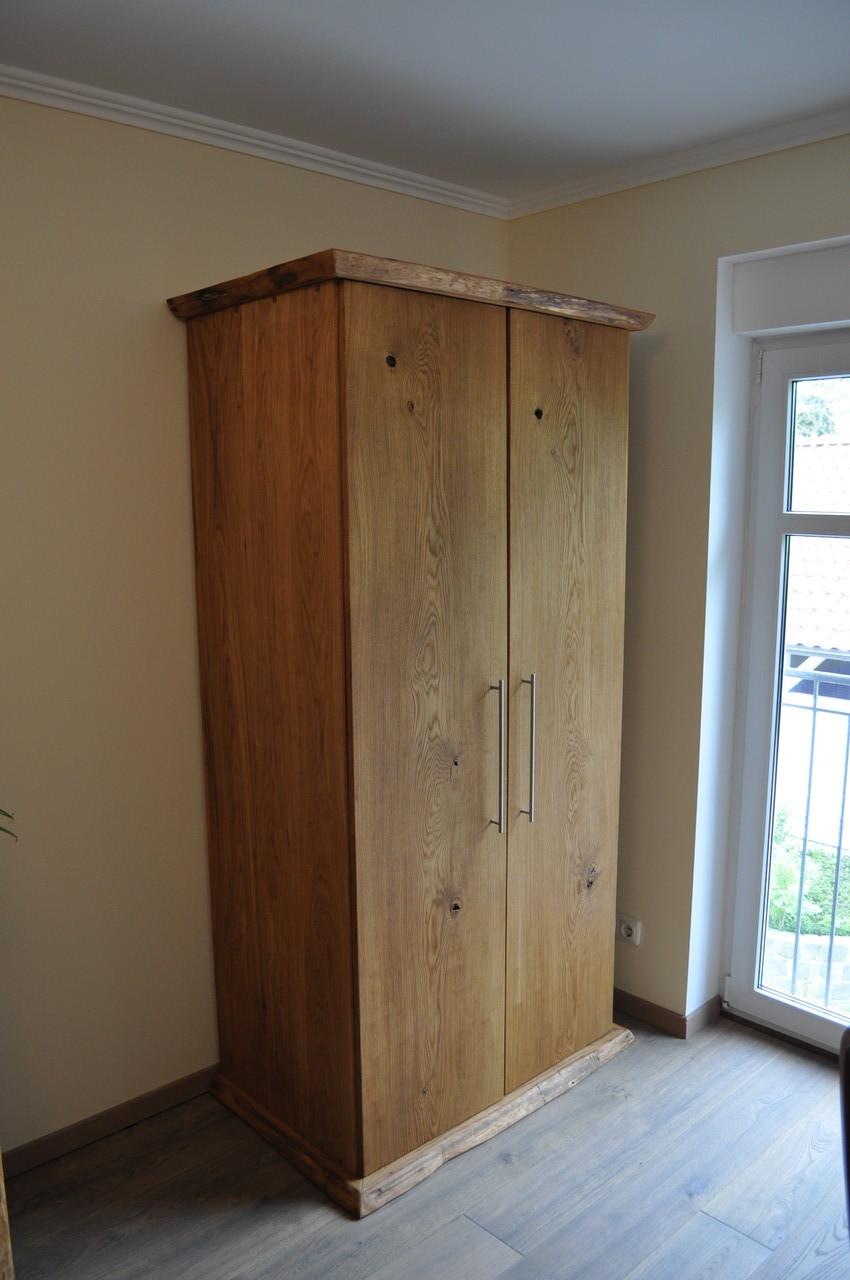 rustikale kleiderschr nke aus eichenholz holzfabrik. Black Bedroom Furniture Sets. Home Design Ideas