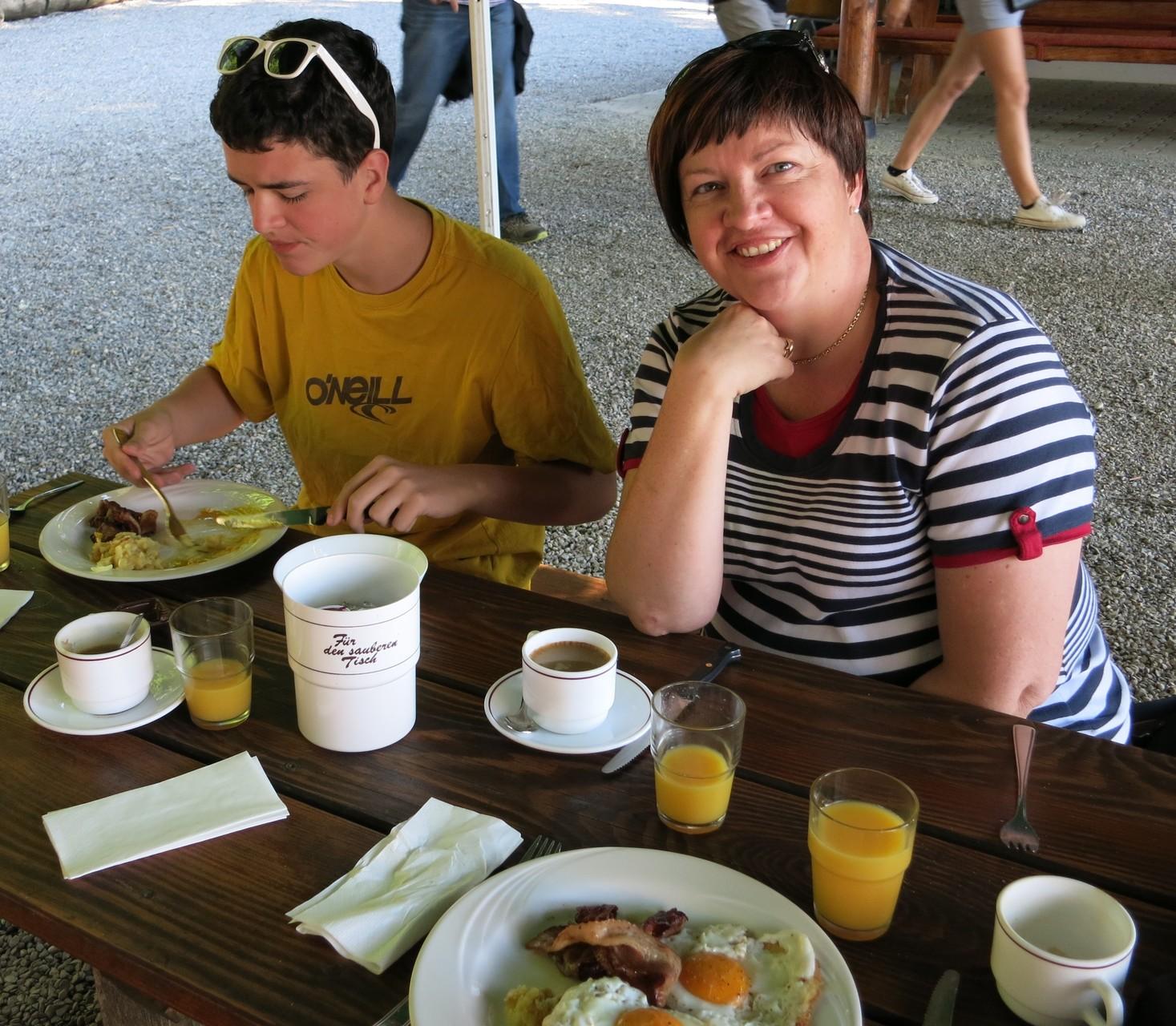 Frühstücksbuffet während den Sommermonaten