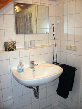 gegenüber der Dusche...auf der rechten Seite