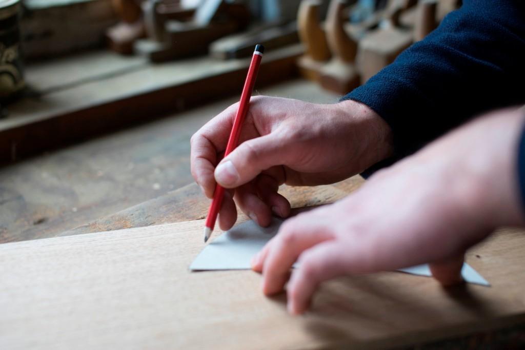 Die Kontur wird auf das Holz gezeichnet...