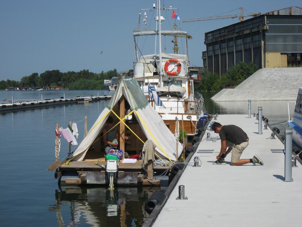 Die Sonntag: ein junges Paar unterwegs mit einem Zeltfloss. Eingeschifft in Regensburg