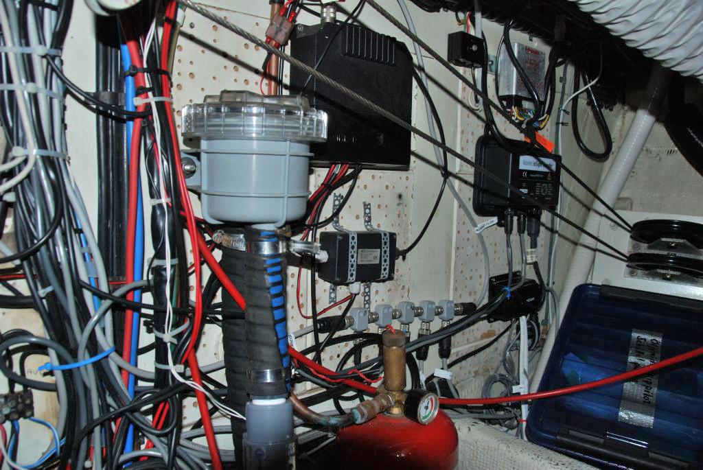 Kuehlwasserfilter und Elektronik Steuerbordseite