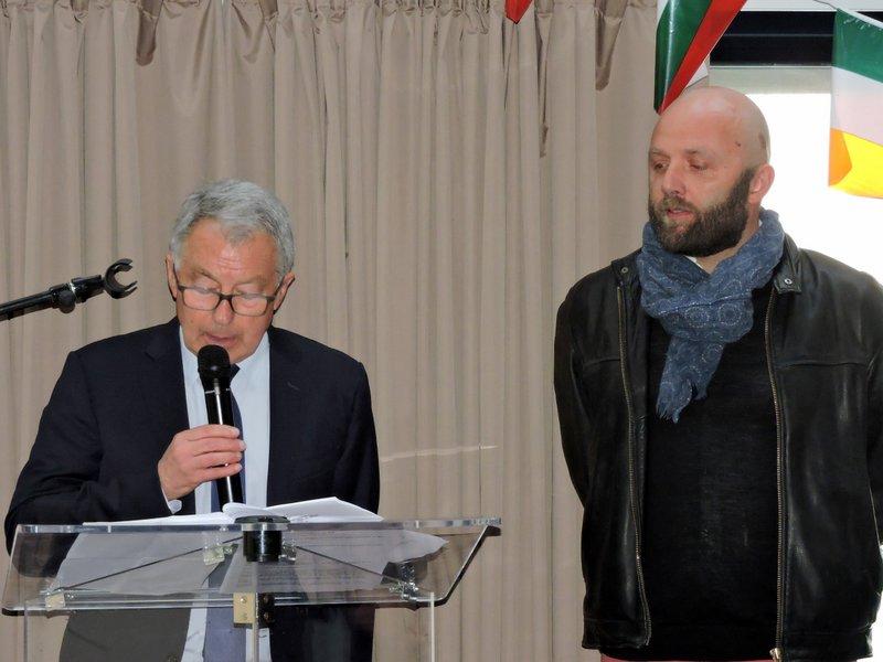 André Fidelin remet le Prix du beau livre maritime / Ville de Concarneau à Stéphane Dugast pour L'Astrolabe