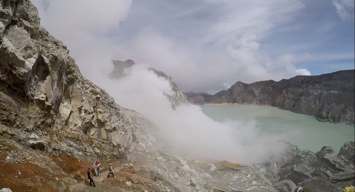 Kawah Tour: Live a unique experience by going to the discovery of the Indonesian volcanoes.