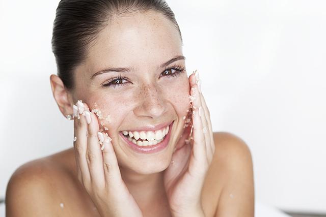 I 5 passaggi per la pulizia del viso