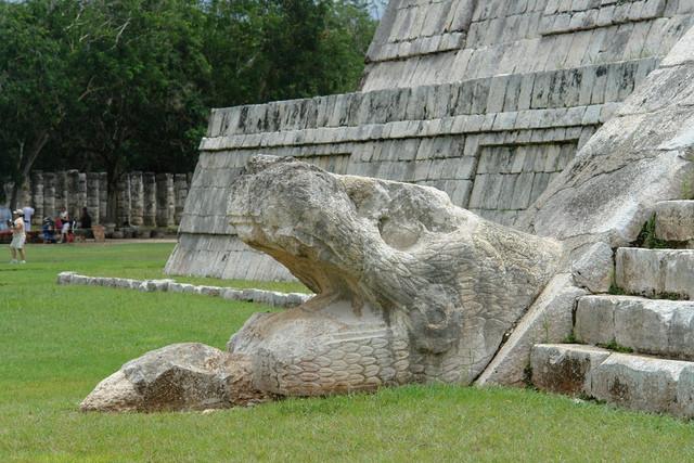 Cabeza de serpiente en la base de las escaleras de la Pirámide de Kukulkán. Fuente: desconocida.