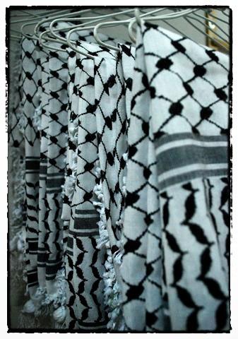 Kufiyyas tradicionales cuelgan en la tienda en la fábrica Hirbawi