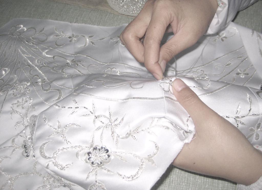 4 ❤職人が一針一針ドレスをお作りしています。