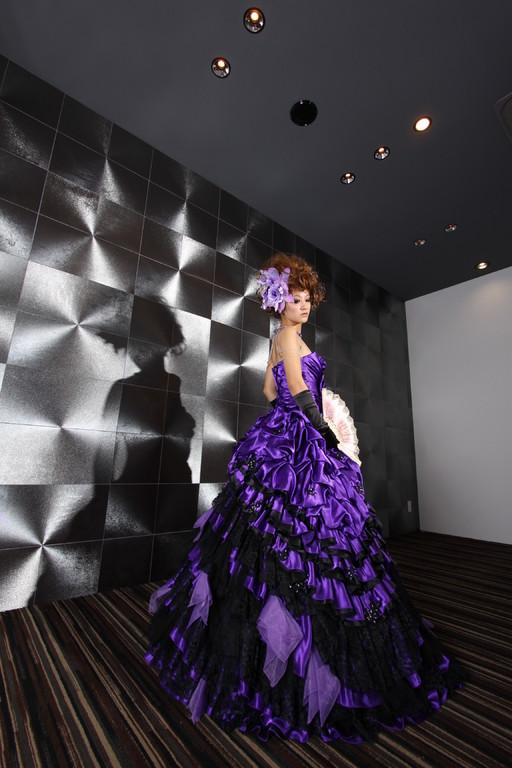 胸元のフラワーデザインが個性的。重厚感あるカラードレス。