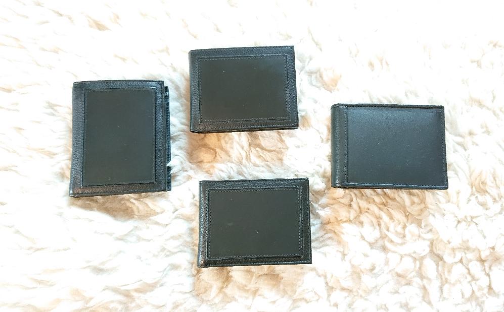 Oben in der Mitte: Typ 1, querformat, einseigtig schnitzbar, 2 Notenfächer, mehrseitige Kartenfächer//Links aussen: Typ 2, Hochformat, einseitig schnitzbar, 2 Notenfächer, mehrseitige Kartenfächer // aussen Rechts: Typ 3, querformat, 2 Seitig schnitzbar, 2 Notenfächer,  mehrseitige Kartenfächer// unten in der Mitte: Typ 4: querformat, einseitig schnitzbar, 2 Notenfächer, 1 seitiger Kartenfächer