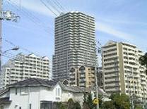 竹の台のマンション3棟が並んでいる様子の写真
