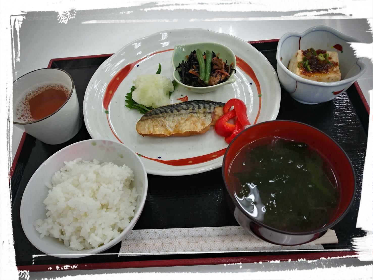 焼き魚とわかめスープ定食の写真