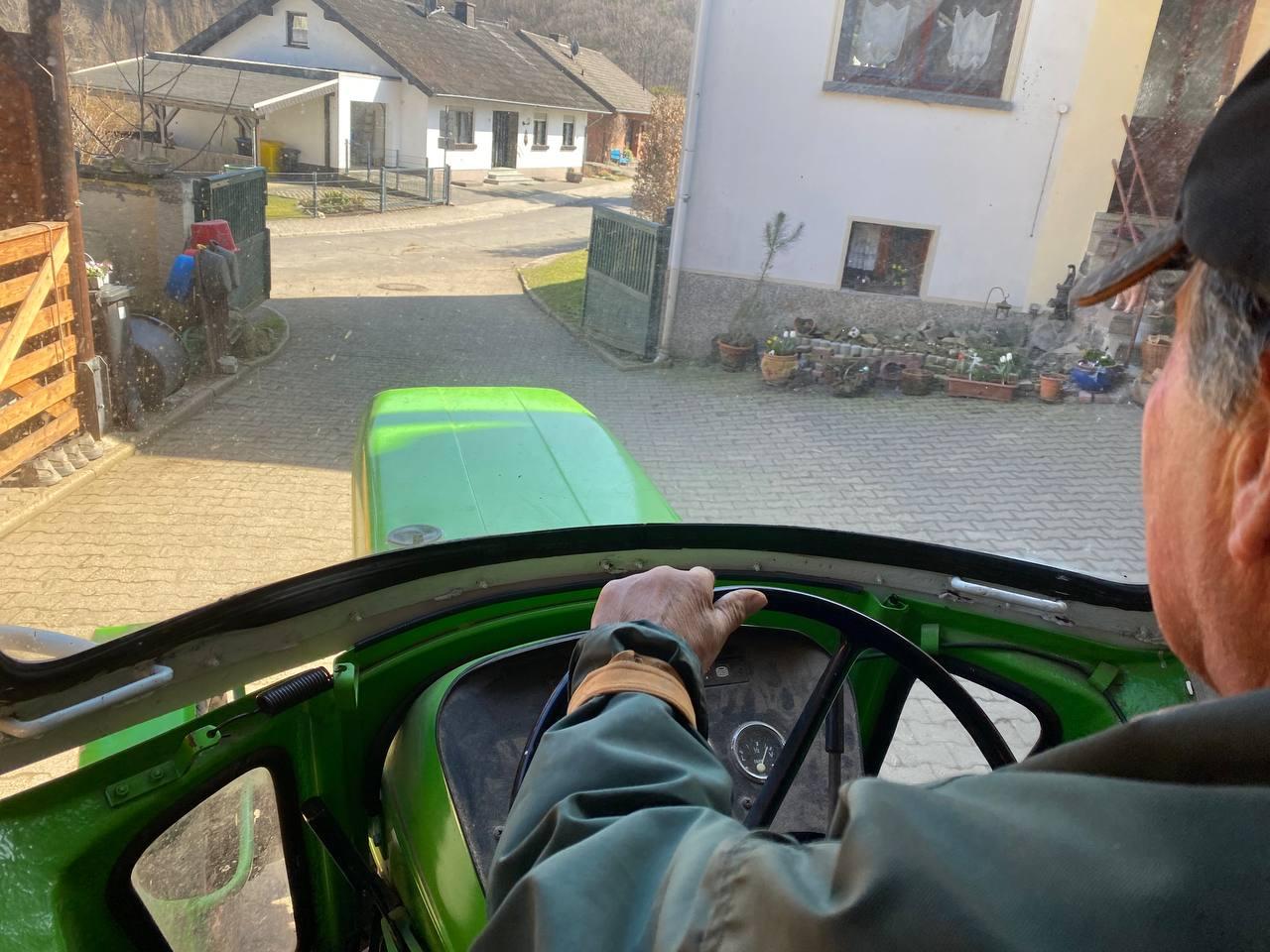 Großer Traktor mit großartigem Helfer