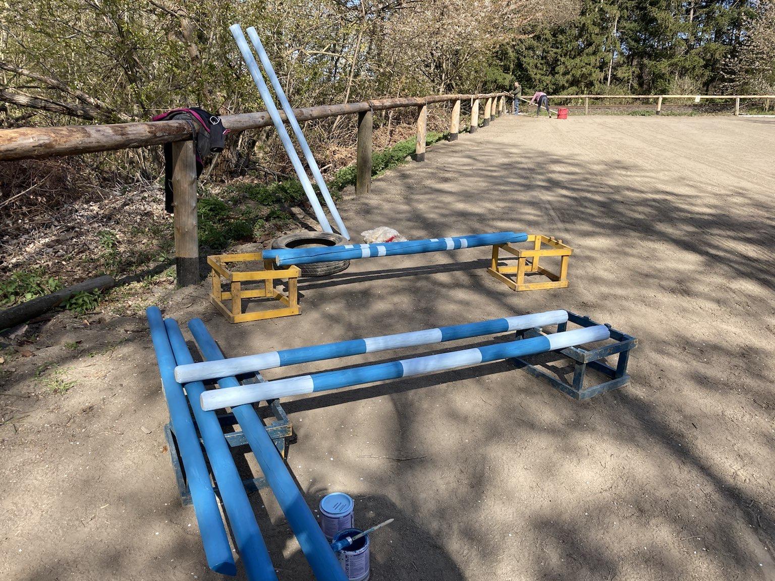 Am Reitplatz wurden neue Stangen bereitgestellt.