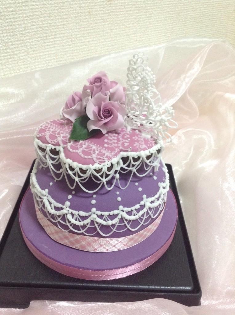 誕生日祝いフルーツケーキとアイシングクッキー