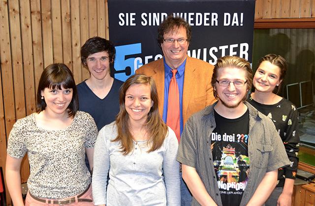 Ein Gruppenfoto der neuen 5 Geschwister... Aber wer ist denn das da in der Mitte? :)