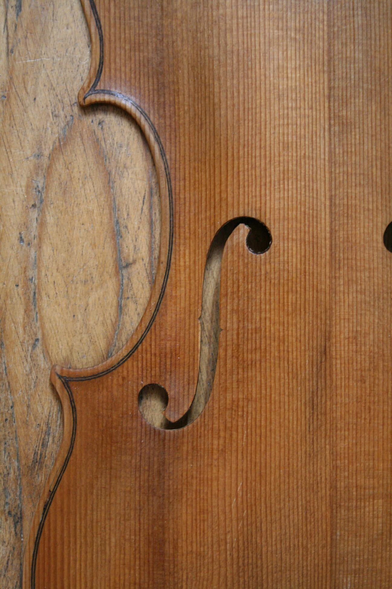 Teilergänzungen, in diesem Fall neue Decke auf alte Geige