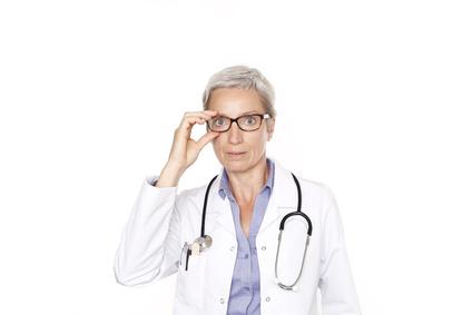 Ärztin mit Brille und Stethoskop © christopher-oliver