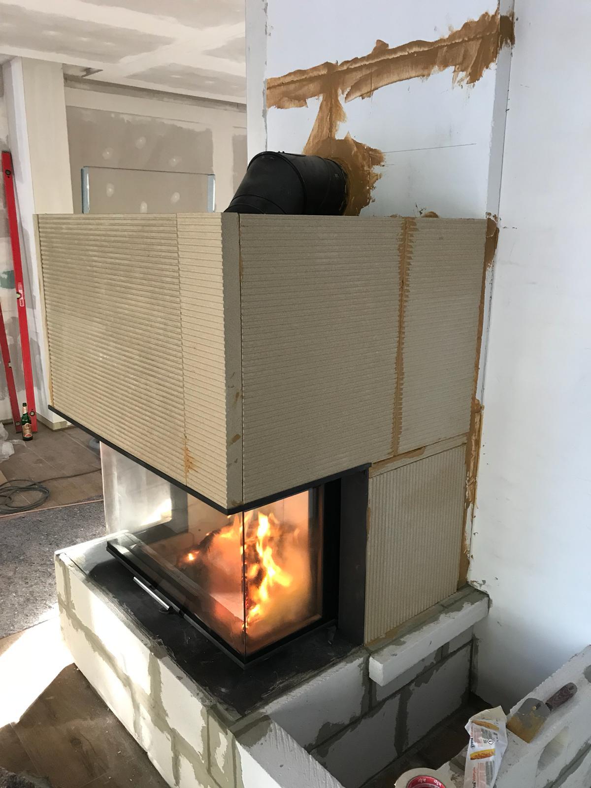 Die Kaminverkleidung aus Grenaisol ist selbsttragend um den Panoramakamin gebaut wurden.