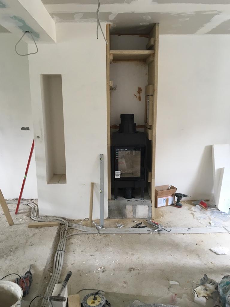 Innerhalb der Kaminverkleidung muss auf einen ausreichenden Konvektionsspielraum für die erwärmte Luft geachtet werden.