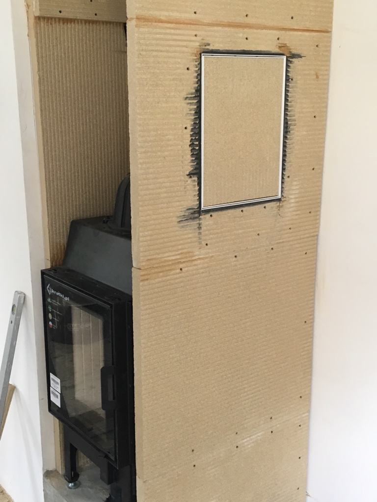Der Einbau einer Revisionstür als Reinigungsöffnung für den Schornsteinfeger ist von Vorteil.
