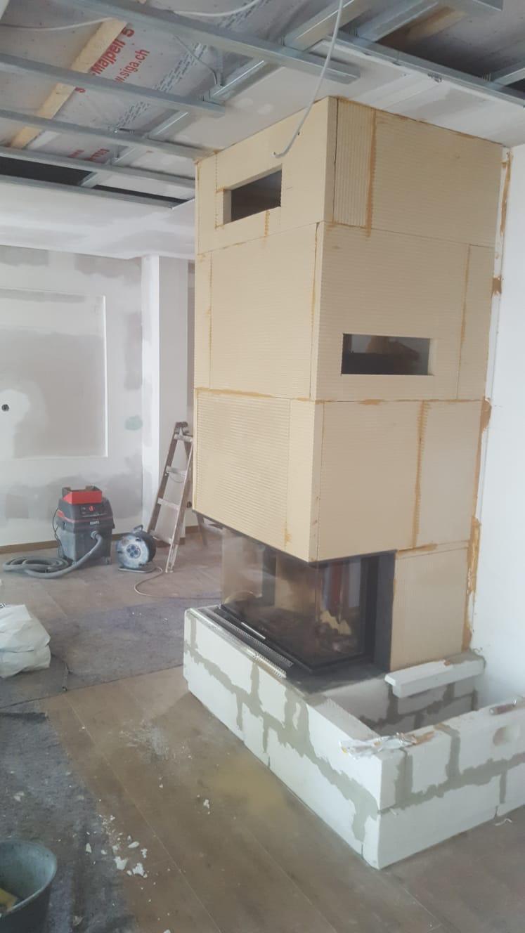 Im oberen Bereich wurden Aussparungen für die Lüftungsgitter zum Warmluftauslass in die Verkleidung geschnitten.