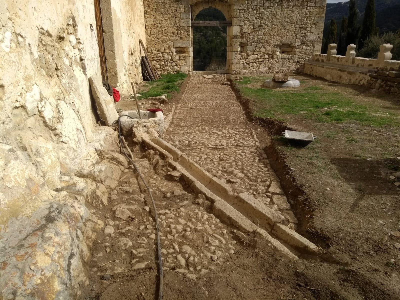 Restauración patio y zona acceso del Castell del Baró d'Herbers.
