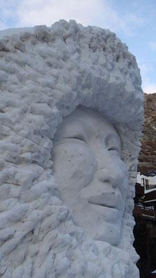 Inuit - Sculpture sur neige - Val d'Isère - hauteur 4m - Manon Cherpe
