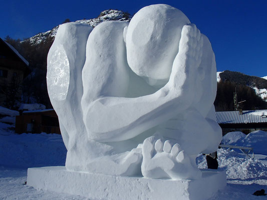Compression - 1er prix national du Concours de sculpture sur neige, Valloire 2014 - réalisation Manon Cherpe, Christian Burger et Carina Tornatoris - hauteur 4m