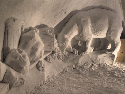 Ours blanc à la recherche de nourriture - Sculpture sur neige - Village Igloo les Arcs - Manon Cherpe